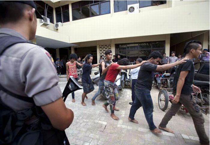 How Police Fights Punks in Indonesia (15 pics)