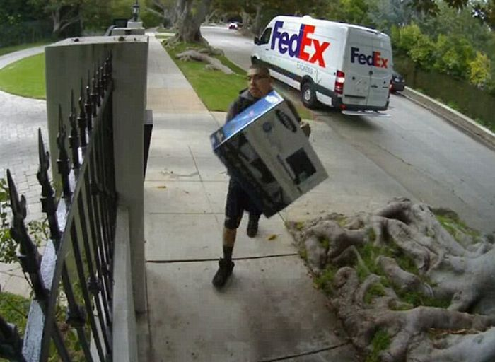 World's Worst Delivery Man (3 pics + video)