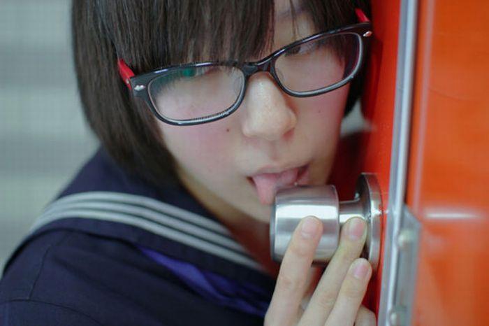 Tren Terbaru Aneh Cewek Jepang Suka Jilati Gagang Pintu Seperti Oral