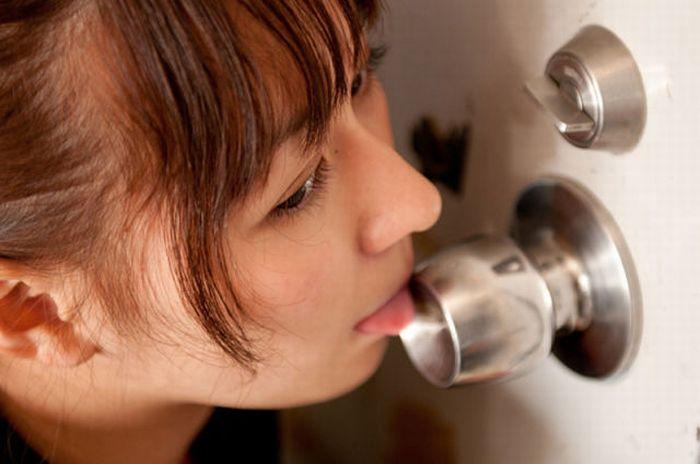 Japanese Girls Licking Doorknobs (17 pics)