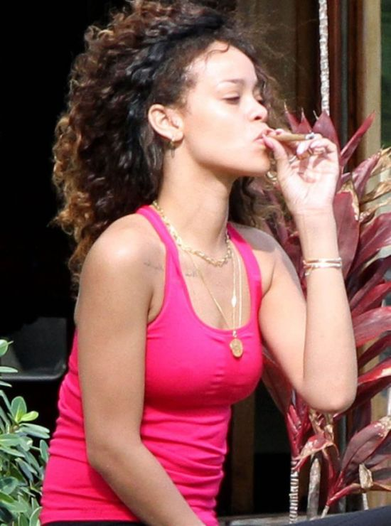 What's Rihanna Smoking? (13 pics)