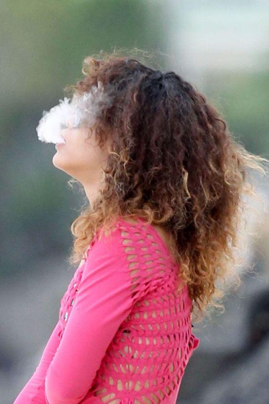 What's Rihanna Smoking? (13 pics)