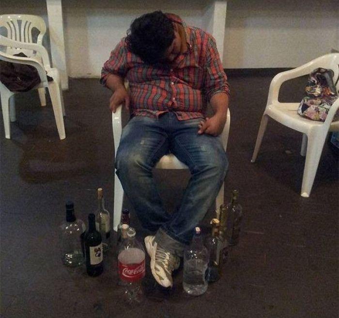 Drunk Friend Prank (8 pics)