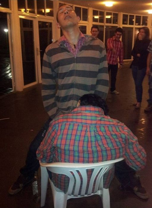 Drunk Friend Prank (8 pics)