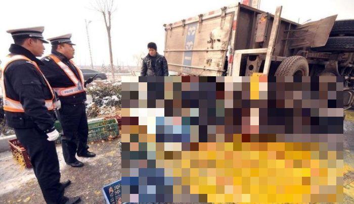 Egg Truck Crash in China (5 pics)