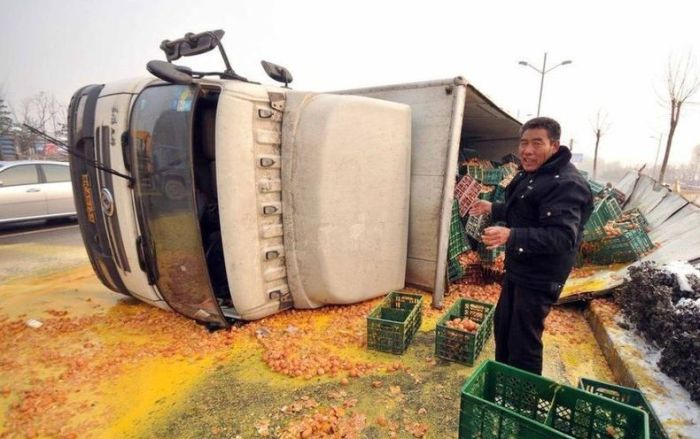 Egg Truck Crash in China (5 pics)