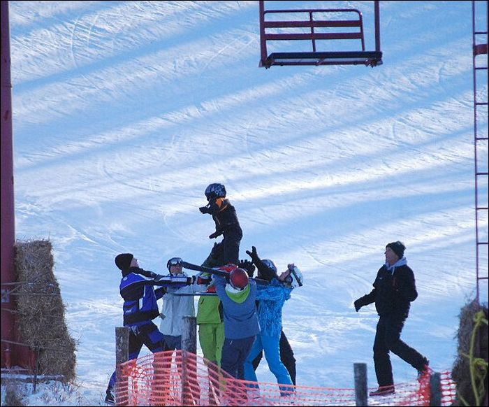 People Rescue a Boy Dangling From Ski Lift (4 pics)