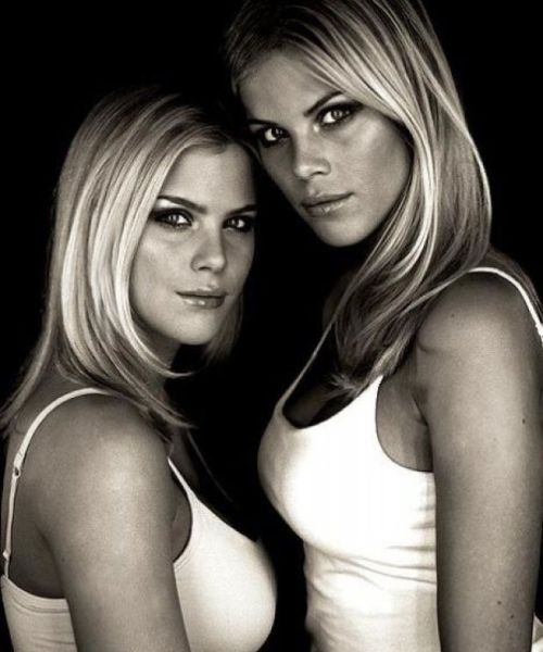Sexy Twins (63 pics)
