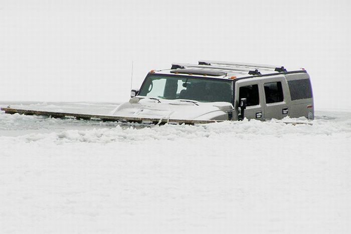 Two Hummers Got Stuck in Frozen Lake (12 pics)