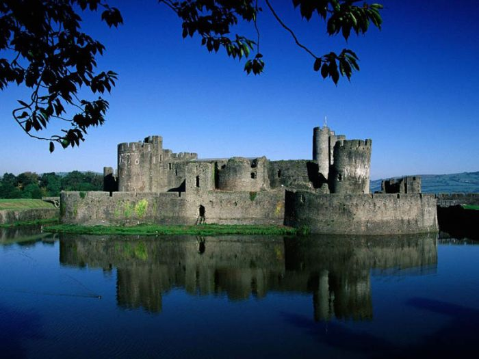 Beautiful Castles Surrounded by Water (20 pics)