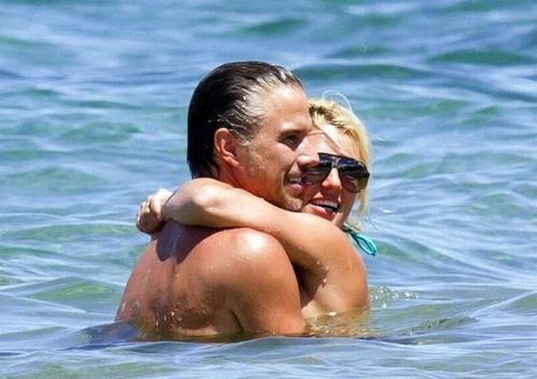 Celebrity Kissing (51 pics)