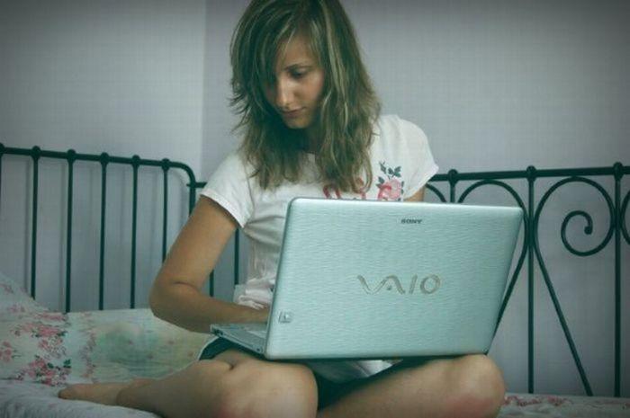 Ladies Using Laptops (24 pics)