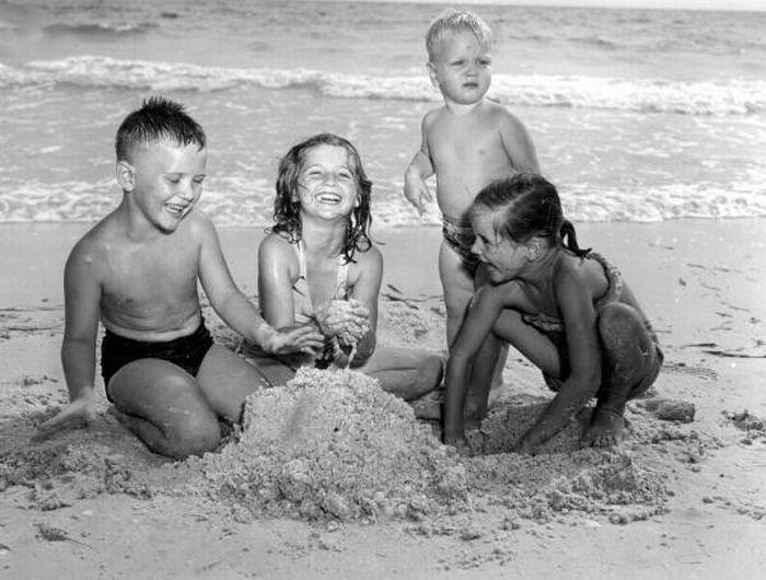 Children Playing (32 pics)