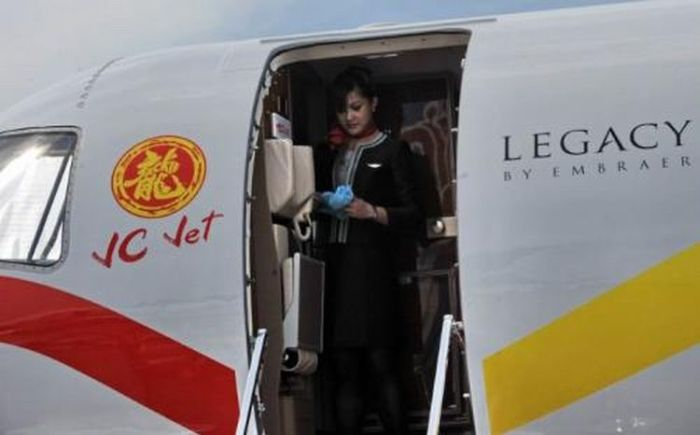 Jackie Chan Private Jet (12 pics)