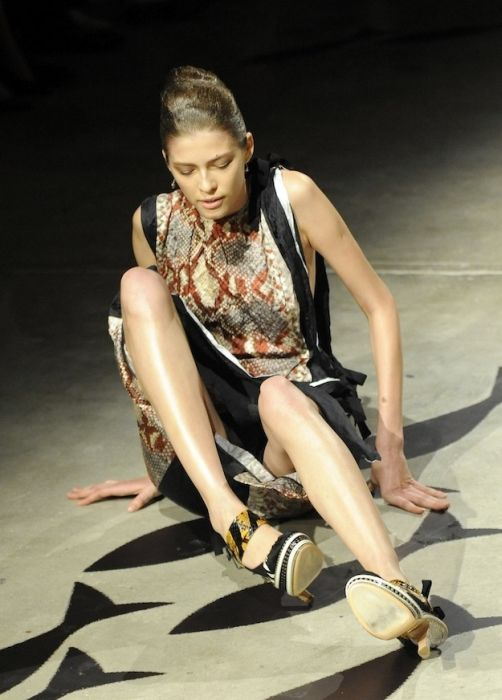 Models Falling On The Catwalk (34 pics)