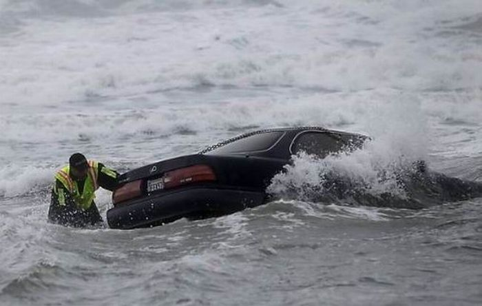 Driver Drove Her Car Into the Ocean (17 pics)
