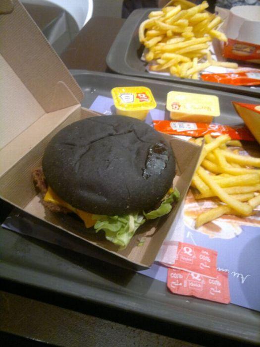 """France's """"Dark Vader Burger"""" (8 pics)"""