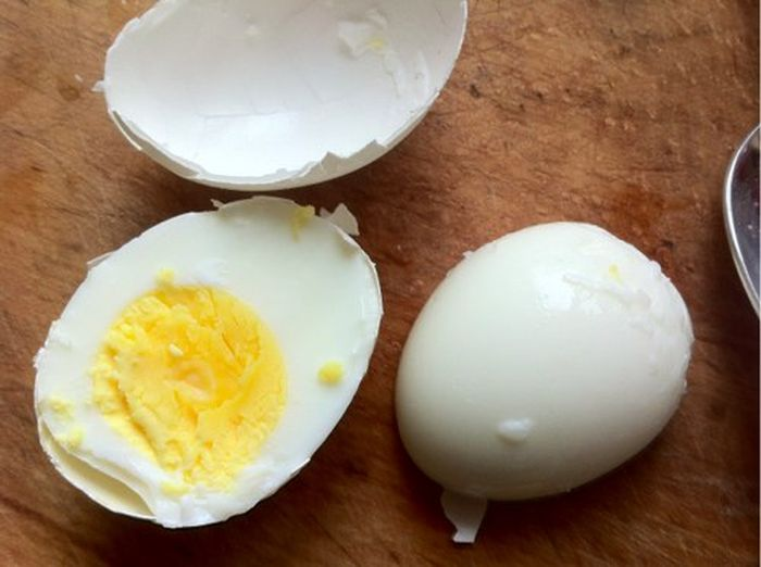 How to Peel a Boiled Egg Even Faster (6 pics)