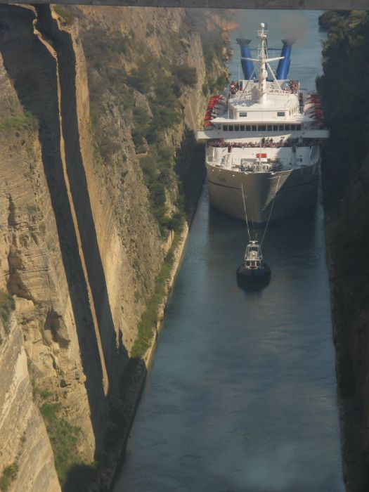 That's Tight. Corinth Canal (16 pics)