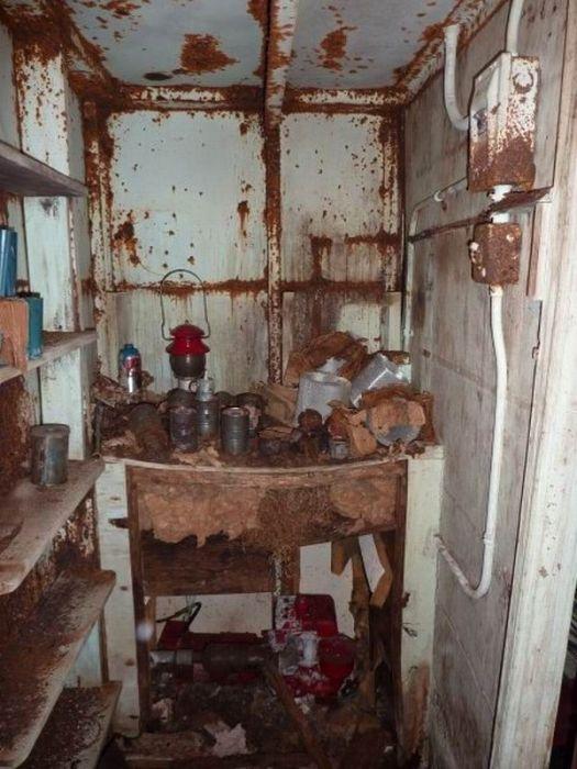 Abandoned Bomb Shelter (20 pics)