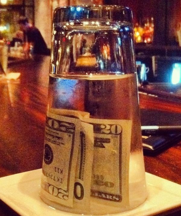 How to Teach a Bad Waiter a Lesson (2 pics)