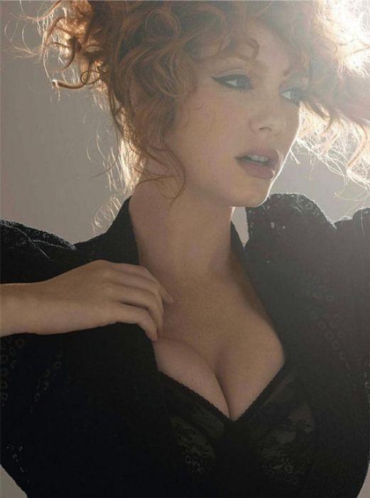 Christina Hendricks Cleavage (50 pics)