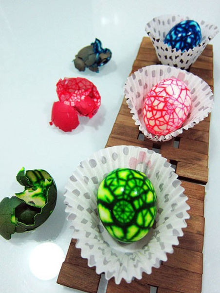 Giving a Marbling Effect to Your Easter Eggs (13 pics)