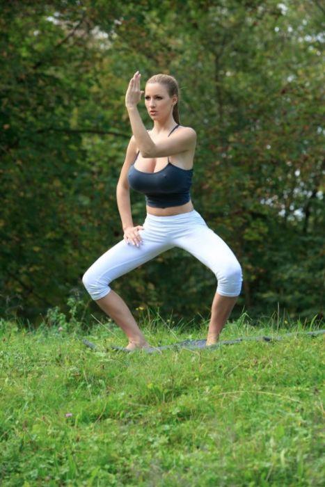 瑜伽巨乳美女[23P]