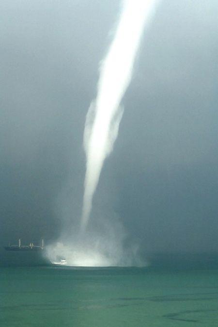 Waterspout (11 pics)