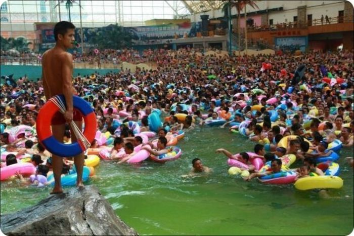 Overcrowded Water Park in China (7 pics)