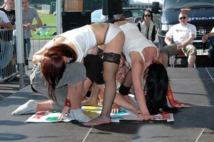 Playing Twister At Parties (14 pics)