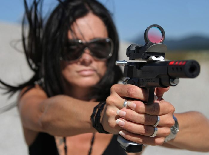Girls with Guns (24 pics)