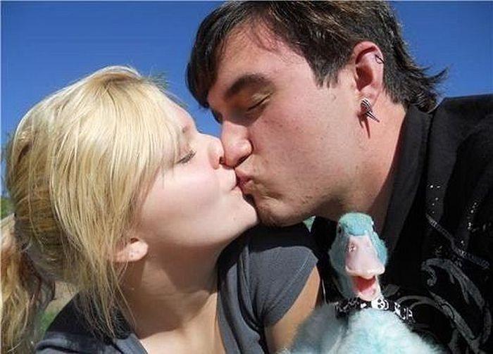 Hilarious Makeout Photobombs (33 pics)