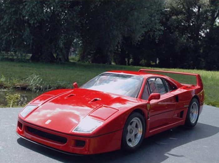 Extremely Detailed Ferrari F40 Model Car (32 pics)