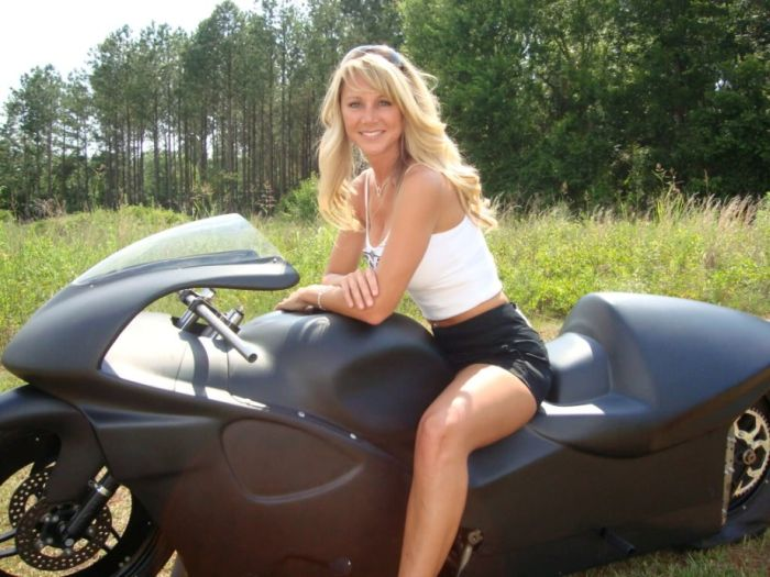 Girls on Motorcycles (32 pics)