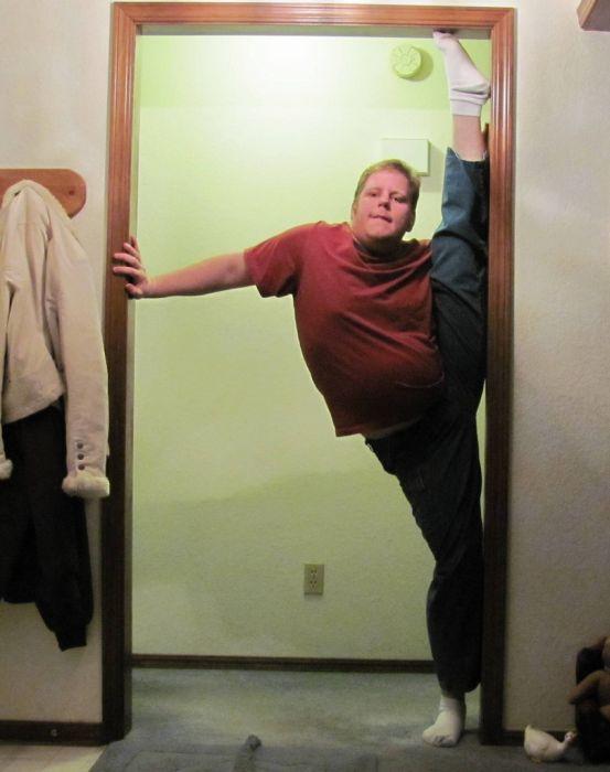 Insane Splits Guy (34 pics)