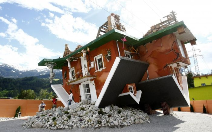 Upside Down House (9 pics + video)