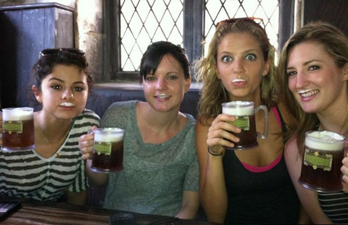 Hot Celebs Drinking Beer (25 pics)