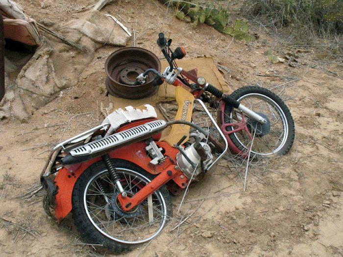 Motorcycle Graveyard (33 pics)