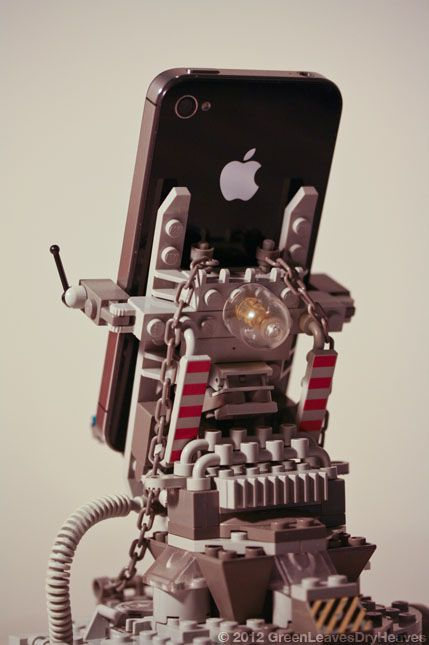 Lego iPhone Docking Rig (7 pics)