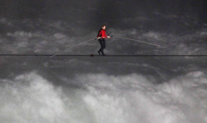 Nik Wallenda Walking Over Niagara Falls (24 pics)