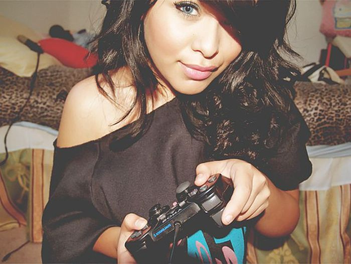 Pretty Girls Playing Video Games (29 pics)