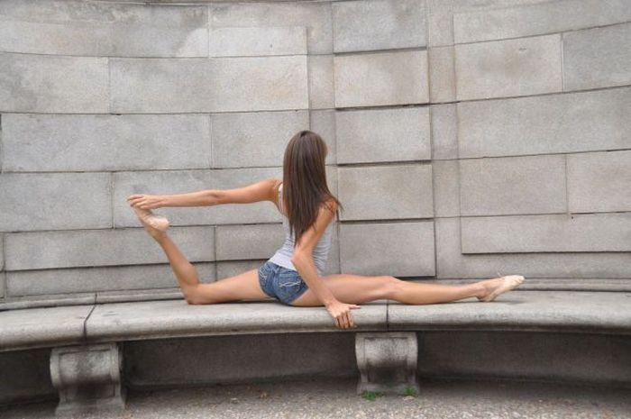 Cute Girl Shows Skills (28 pics)