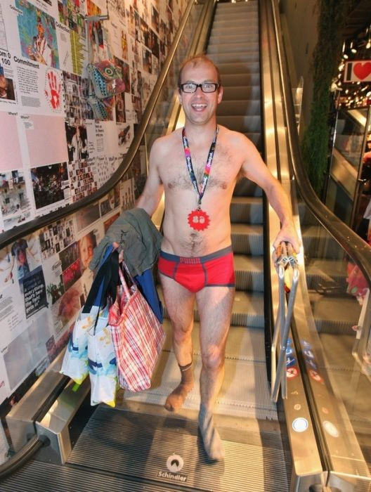 Shopping in Underwear (19 pics)