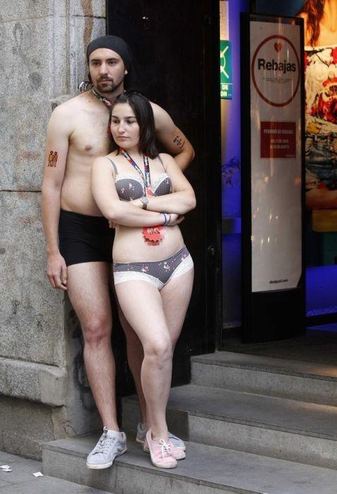 Shopping in Underwear (19 pics)