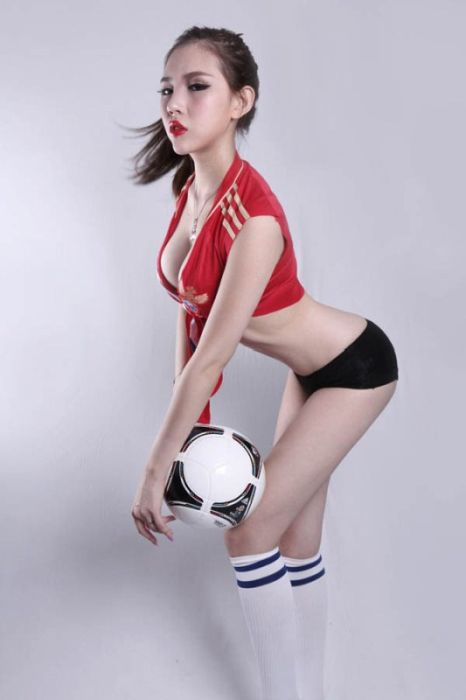 Chinese Models Celebrating Euro 2012 (19 pics)
