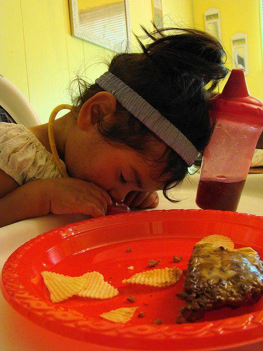 Kids Falling Asleep While Eating (23 pics)