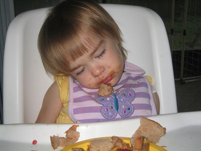 Kids Falling Asleep While Eating (23 pics)