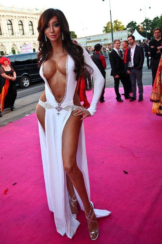 Dress of Yasmine Petty (4 pics)