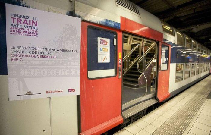 The Interior of Paris - Versailles Train  (14 pics)